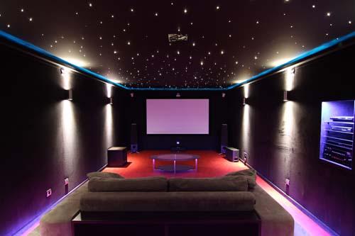 C mo iluminar una sala de cine en casa krealo - Sala de cine en casa ...