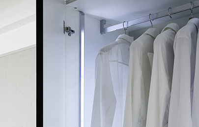 Iluminaci n led en los armarios for Luces led a pilas para armarios