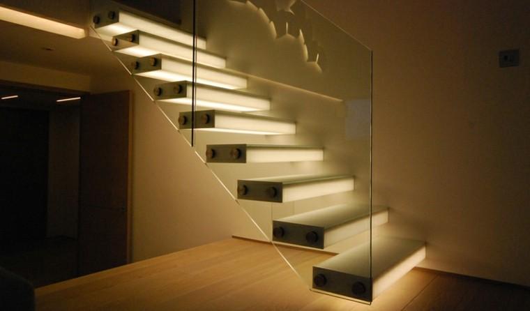 C mo iluminar escaleras interiores - Iluminacion led escaleras ...